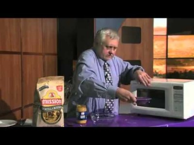 Chef Shows People How To Make Chili & Cheese Nachos